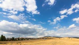 在村庄的云彩,与云彩的天空 免版税库存照片