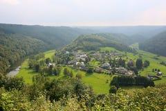 在村庄的全景比利时人的阿尔登 库存图片
