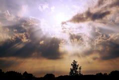 在村庄的多云日落 免版税库存照片