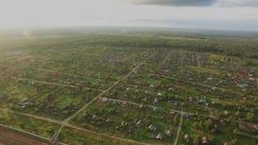 在村庄的飞行在森林里在一明亮的天 Quadrocopter 4K 股票录像