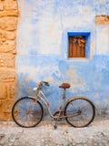 在村庄街道上停放的老经典自行车 库存照片