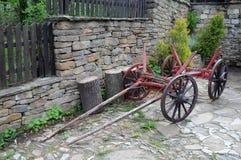 在村庄街道的葡萄酒推车 免版税库存照片
