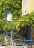 在村庄角落的法国咖啡馆。普罗旺斯。 免版税库存图片