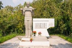 在村庄解放时从侵略者Dzhemete Anap的死苏联士兵的坟墓  库存图片