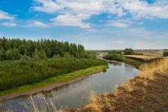 在村庄附近的河 免版税库存照片