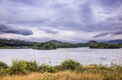 在村庄附近的湖 免版税库存图片