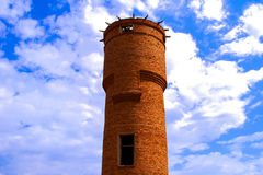 在村庄附近的老水塔 库存照片