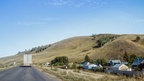 在村庄附近的路 免版税库存照片