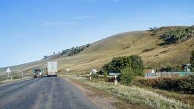 在村庄附近的路 免版税库存图片