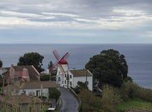 在村庄Bretanha的看法有称Red Peak磨房的老风车的,Moinho做pico vermelho海并且覆盖背景,圣地 免版税库存图片