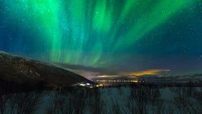 在村庄Hansnes,特罗姆斯县挪威上的北极光 免版税库存图片