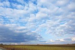 在村庄Klokocevac春天2017年日落的云彩 库存图片