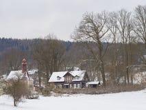 在村庄travnik的冬天视图与教堂,用木材建造的村庄nad 免版税库存照片