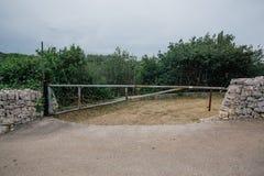 在村民的一个障碍意大利Trullis市街道alberobello apulia的 免版税库存照片