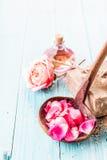 在杓子的桃红色瓣有肥皂、罗斯和油的 免版税图库摄影