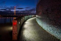 在杜塞尔多夫港口的夜视图 库存照片