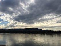 在杜娜河上的黑暗的云彩 库存图片