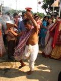 在杜尔加puja节日的Dhunuchi nritya 库存图片