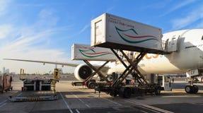 在杜拜机场的波音777 免版税库存照片