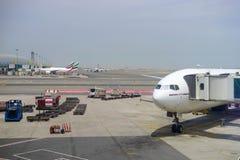在杜拜机场的酋长管辖区波音777 免版税图库摄影