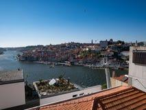 在杜罗河河和市屋顶的看法波尔图,葡萄牙 免版税库存图片