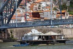 在杜罗河河的老驳船在波尔图 免版税库存照片