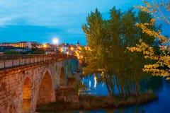 在杜罗的萨莫拉普恩特de彼德拉桥梁 免版税图库摄影