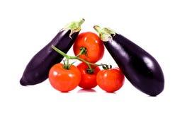 在束和茄子的新鲜的红色蕃茄 图库摄影
