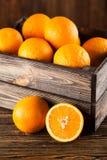 在条板箱的新鲜的桔子 库存照片