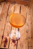 在条板箱的白葡萄酒 库存照片