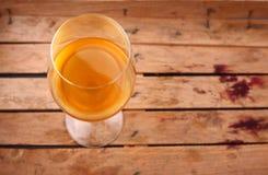 在条板箱的白葡萄酒 免版税图库摄影