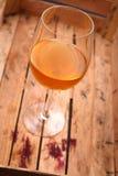 在条板箱的白葡萄酒 免版税库存照片