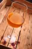 在条板箱的白葡萄酒 免版税库存图片