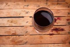 在条板箱的红葡萄酒 库存照片