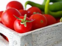 在条板箱的蕃茄和Ä°talian胡椒 库存图片