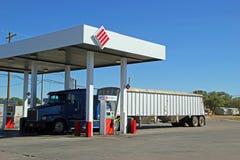 在条纹加油站的半卡车换装燃料在堡垒斯托克顿 库存照片