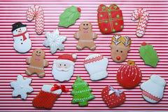在条纹背景顶视图的圣诞节曲奇饼 各种各样的类型圣诞节姜饼曲奇饼舱内甲板位置 圣诞节字符曲奇饼 库存照片