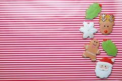 在条纹背景顶视图的圣诞节曲奇饼 各种各样的类型圣诞节姜饼曲奇饼舱内甲板位置 圣诞节字符曲奇饼 免版税库存照片