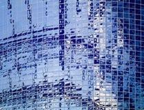 在来回墙壁上的蓝色盖瓦 免版税库存图片