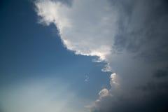 在来的风雨如磐的云彩 免版税库存图片