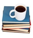 在杯子上看法在堆的咖啡书 库存图片