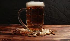 在杯子和快餐的啤酒 免版税图库摄影