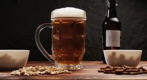 在杯子和快餐的啤酒 免版税库存照片