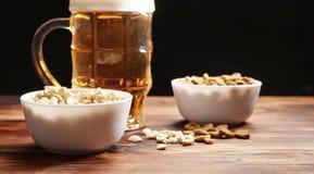 在杯子和快餐的啤酒 库存图片
