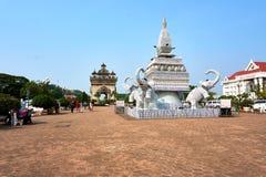 在杯子和板材外面的大象雕象在Patuxai胜利纪念碑旁边老挝的万象一个有吸引力的地标  免版税库存图片