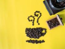 在杯子和气味象形状和葡萄酒木磨咖啡器的平的层数咖啡豆 免版税库存照片