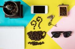在杯子和气味象的平的层数咖啡豆塑造,与葡萄酒木磨咖啡器, 库存图片