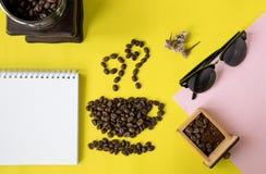 在杯子和气味象的顶视图平的层数咖啡豆塑造,与葡萄酒木磨咖啡器、电话、太阳镜和空白的bo 免版税库存照片
