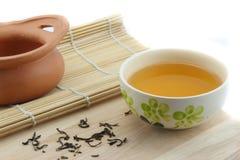 在杯子和泥罐的茶 免版税库存图片