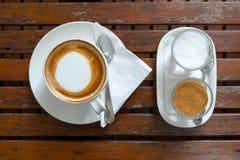 在杯子和糖的咖啡在早晨时间 图库摄影